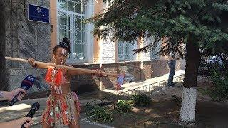 Секстремистка Femen Анджелина Диаш пришла в Печерское УП в необычном наряде