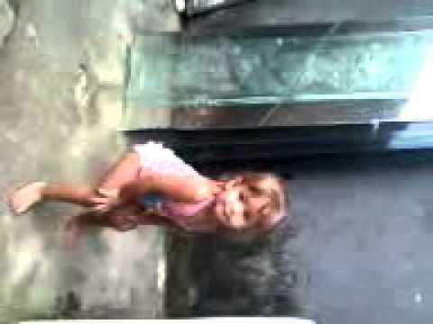 Nina dançando Anitta-Show das Poderosas