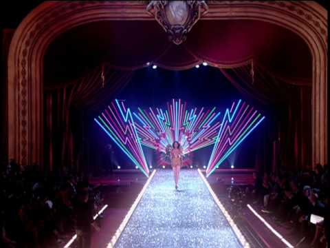 Victoria s Secret Fashion Show 2003 Opening. Director Hamish Hamilton 6eef22fa23a