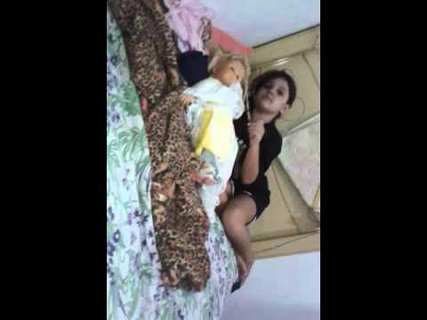 Menina brincando de boneca kk