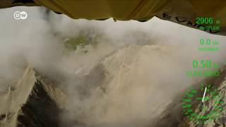 Homem voa com traje planador pelos Alpes suíços