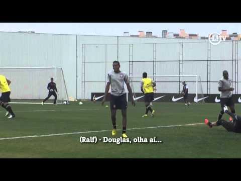 Douglas pisa na bola, permite gol e leva bronca de Ralf