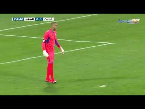Удачливый вратарь забил гол противнику из своей штрафной