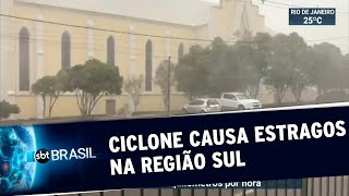 A chegada de um ciclone à região sul do Brasil deixou os moradores em alerta. O vento arrancou troncos e destelhou casas no interior de Porto Alegre. Ao menos três pessoas foram mortas pelo ciclone.