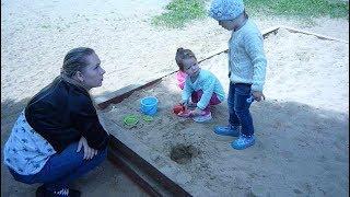 Дети на детской площадке Children in the playground