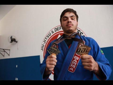 Andrei Rechi exibe as medalhas conquistadas em Brasília no final de semana