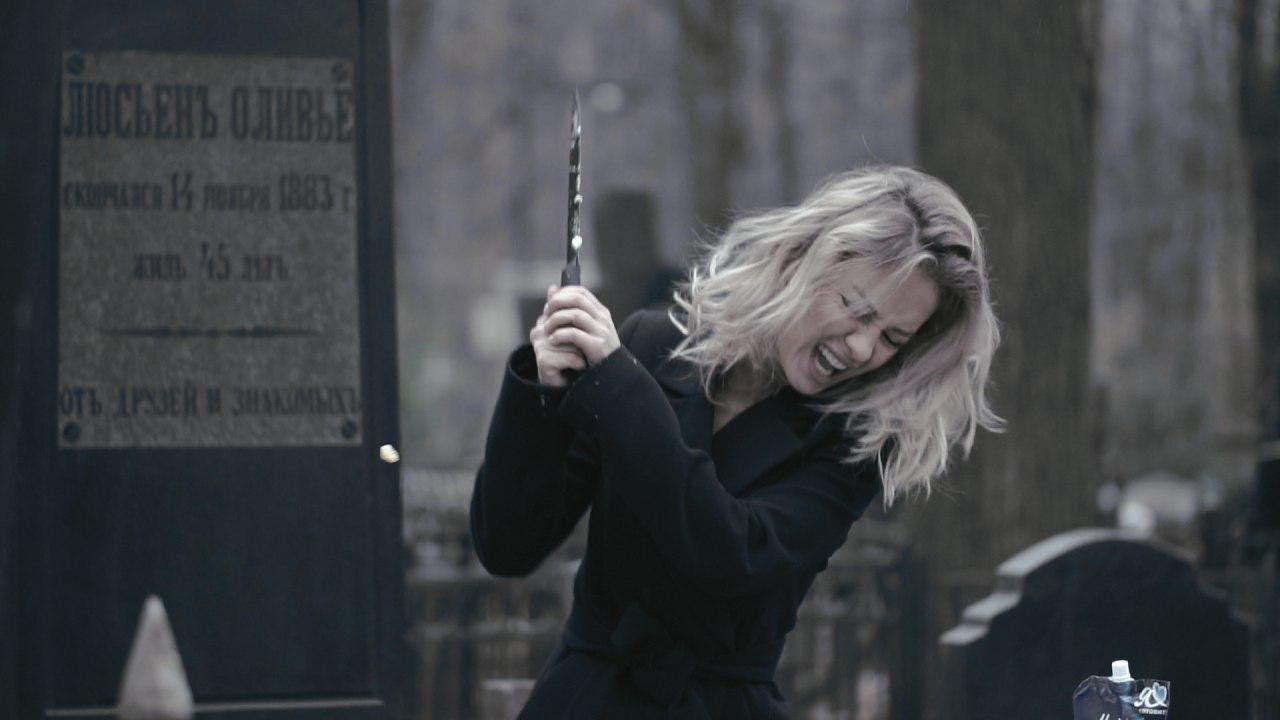Самая красивая болельщица ЧМ-2018 подвела итоги 2018 года на кладбище