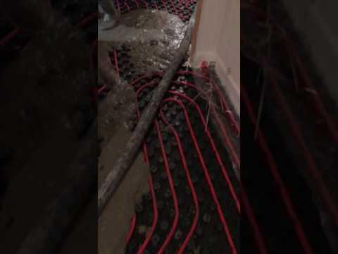 Aplicación de mortero autonivelante sobre suelo radiante en vivienda unifamiliar en Brión ( Santiago de Compostela)