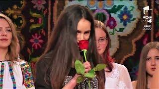 Defilarea Cu Un Trandafir în Mână, Prima Probă Pentru Concurentele Din Cele Două Echipe