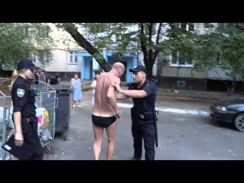 В Киеве мужчина в плавках  напал на полицейских