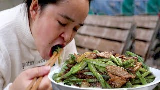 """""""Beans fried pork"""", with a pot of vegetables, eat tired and rest, or meat is delicious!"""