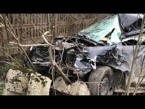 Wideo1: Wypadek na przejeździe kolejowym w Wilkowicach. Volkswagen golf wjechał pod szynobus