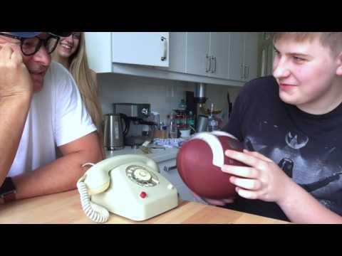 Teenager und ein Wählscheibentelefon