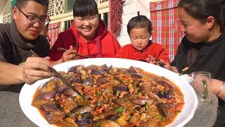 Xia homemade eggplant is a new way to eat, add a piece of pork, eat more lunch.
