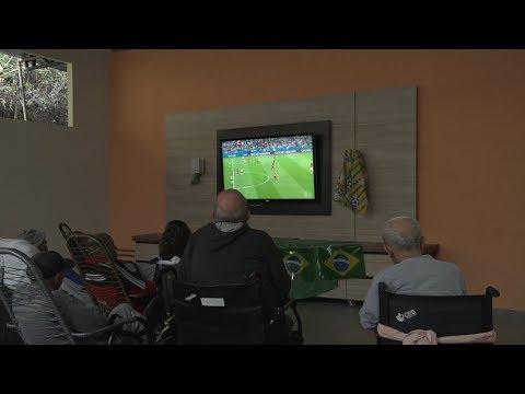 Idosos do Laje acompanham eliminação do Brasil da Copa com saudosismo