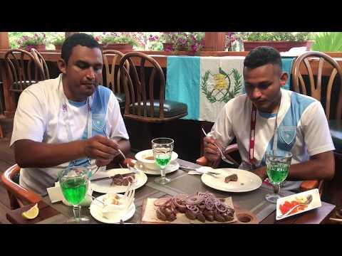 En compañía de dos guatemaltecos degustamos de platillos tradicionales de Rusia