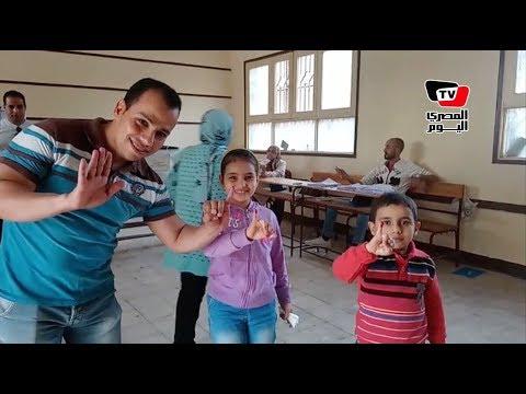 «مزمار عبد السلام» في لجان حلوان.. والأطفال يضعون أصابعهم في الحبر الفسفوري