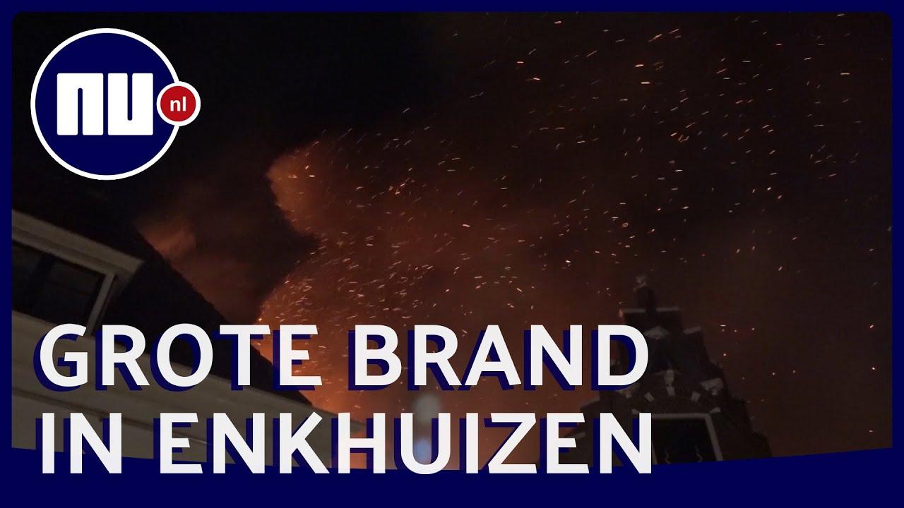 Vlammen slaan uit dak bij brand in historisch centrum Enkhuizen | NU.nl