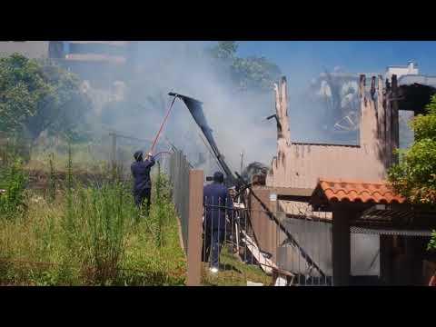 Bombeiros combatem incêndio a residência no São Francisco em Bento Gonçalves