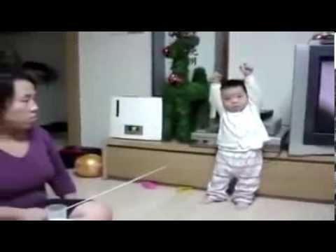 Bé 1 tuổi bị mẹ phạt