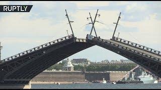 В Санкт-Петербурге в связи с репетицией морского парада впервые развели мосты днём