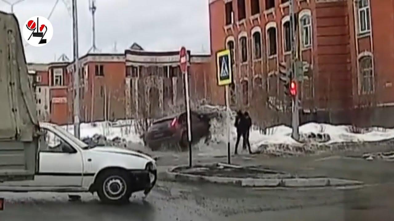 Форд снес двух женщин на тротуаре в Краснотурьинске