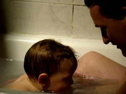 Bañando con papa.MPG