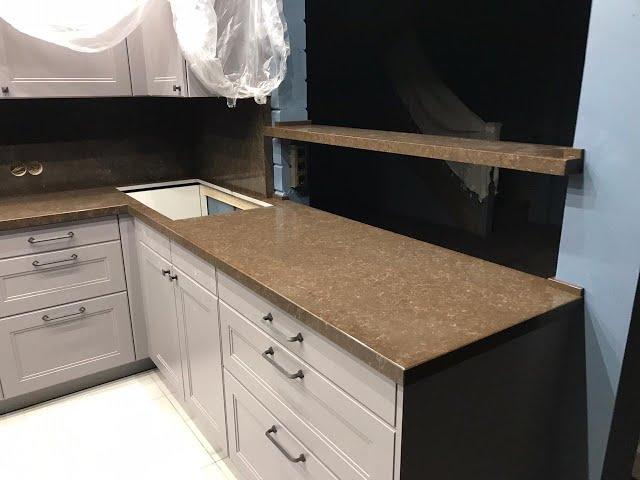 П-образная столешница на кухню и фартук из кварца TechniStone Athos Brown Noble Collection