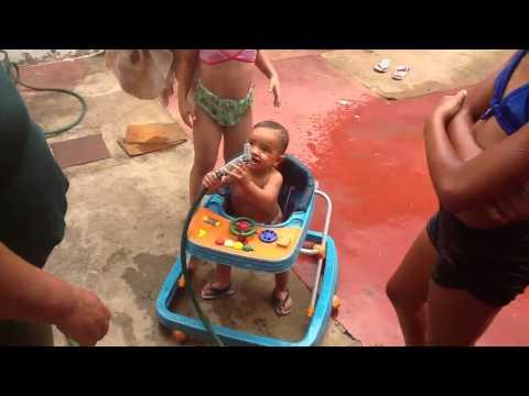 Miguel tomando banho de mangueira