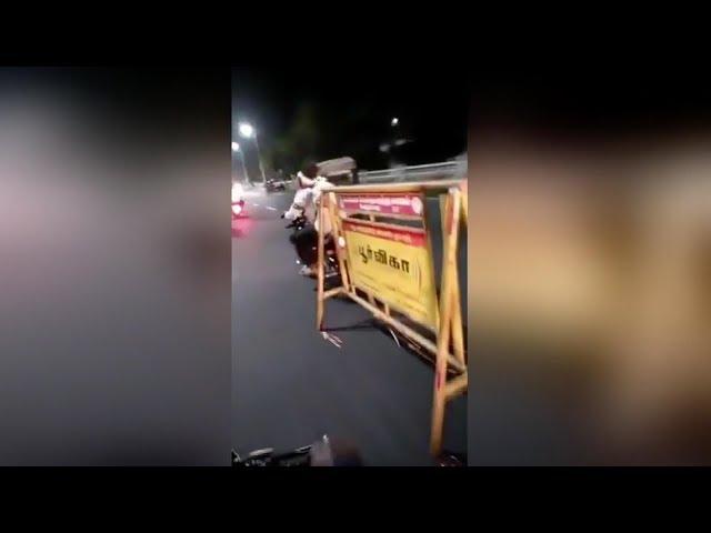 في الهند.. فيديو يوثق أحد اصحاب الدراجات النارية يسحب لوحة مرورية على الطريق السريع