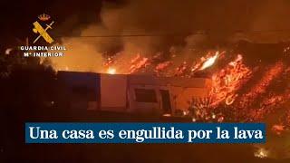 Una casa es engullida por la lava del volcán en La Palma