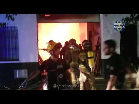 Desplomada la parte trasera de una casa en Triana por un incencio