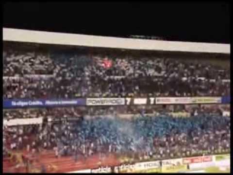 """""""GALLOFAN Gallos Blancos Querétaro 2-0 León. Liga MX Apertura 2013."""" Barra: La Resistencia Albiazul • Club: Querétaro"""