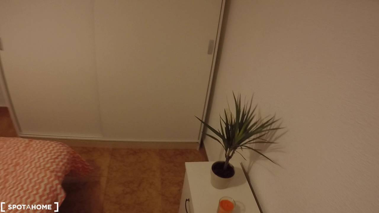 Decorated room with desk in shared apartment, Eixample