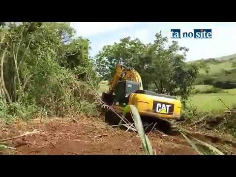 Polícia Ambiental flagra máquina desmatando fazenda em Abatiá
