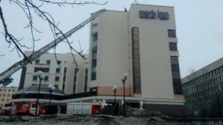 С крыши отеля сотрудники МЧС снимают человека