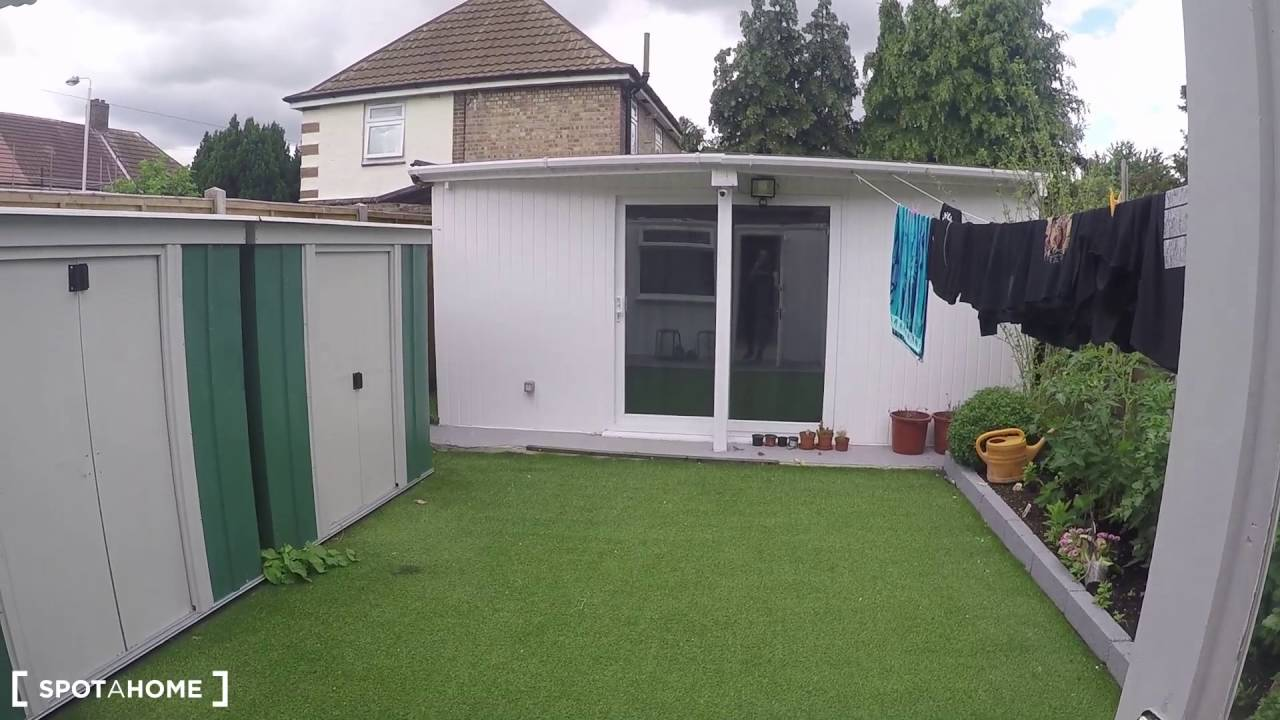 Room to rent in a 7-bedroom house with backyard in Newham