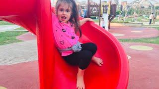 Elif parkta ayakkabılarını çıkartıp kayıyor - for kid video
