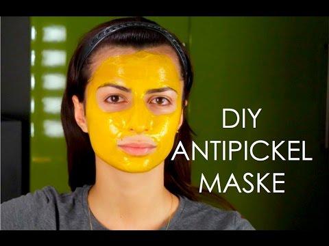 Die Maske von den tiefen Poren auf der Person