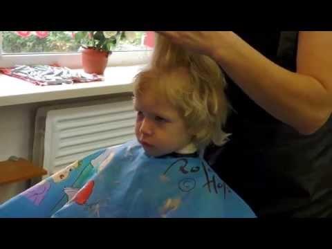 Первая стрижка ребенка в парикмахерской. Девочке 2 года.