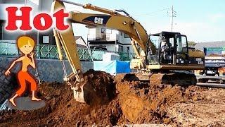 CATショベルカーが土砂をサクサクとダンプカーへ積む|はたらくくるま|道路工事