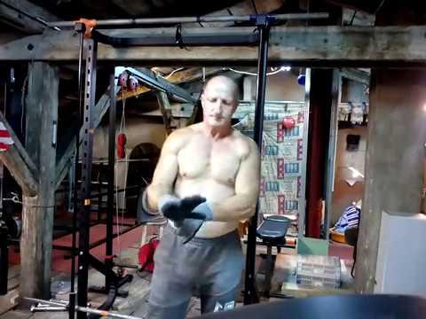 Jedzenie sportowe dla łagodzenia mężczyzn mięśniowych
