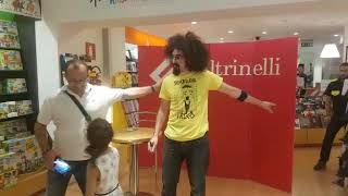 Bari, Caparezza a laFeltrinelli per il firmacopie di Prisoner 709 Live: centinaia i fan in coda - VIDEO