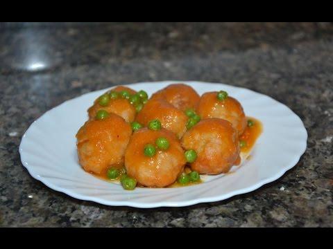 Albóndigas en salsa de tomate con guisantes