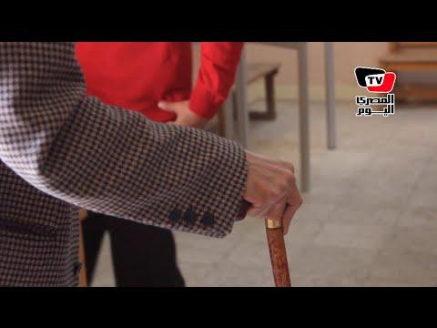 الانتخابات البرلمانية| رئيسة لجنة تساعد مسن للإدلاء بصوته في الانتخابات