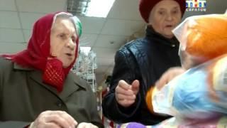 Необычная акция в саратовском доме престарелых: бабушки вяжут одежду для малышей из дома ребенка