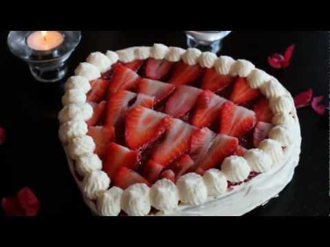 Tarta corazon de san valentin de nata y fresas sin lactosa