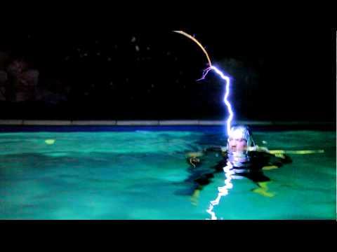 神人挑戰水中通電