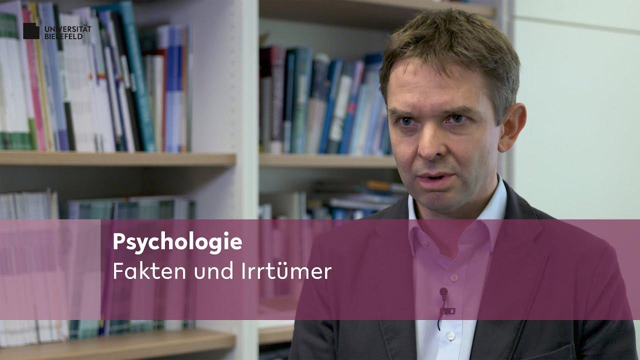 Dargestellt ist Prof. Dr. Frank Neuner, der über Fakten und Irrtümer rund um das Psychologiestudium berichtet.