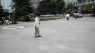 preview picture of video '[2008-09-27] Man playing with a spinning top at Guiyang'